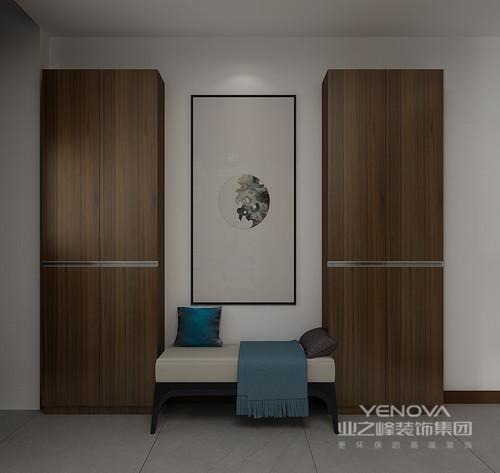 门厅的设计并没有做太多的细分,而是在原有空间结构的基础上,增加了定制得实木鞋柜,将新中式鞋凳放置在中央,表达对称美学;留白的中国画和沙发上蓝色的靠垫,不仅给予空间色彩,更是带来一份优雅,让主人回到家的时候,能够感受都生活的安谧和雅致。