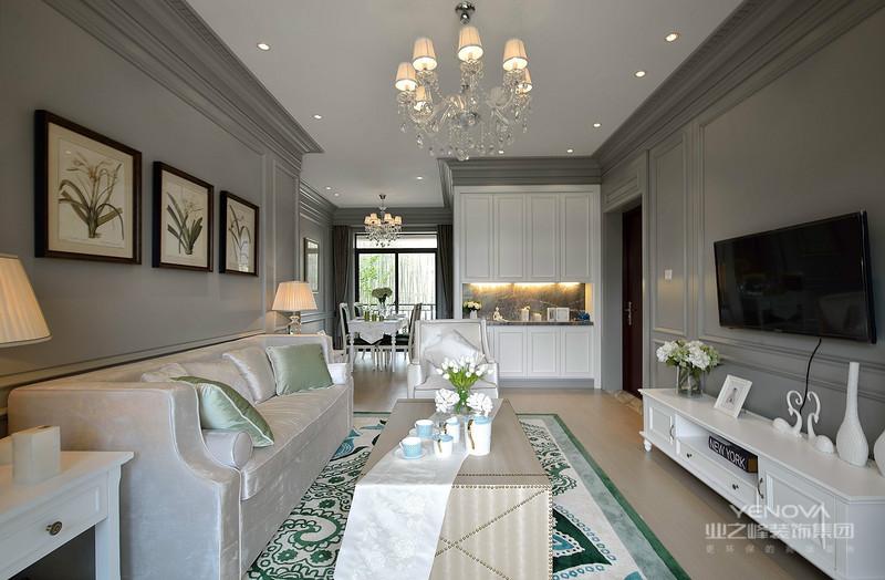 美式风格设计理念中的卧室,通常是以功能性和实用舒适度为主要设计理念。在卧室内,通常不会有顶灯,采用非炫目式灯光,显得温馨舒适。在饰品布置上,大多都是用成套的布艺来装饰房间。
