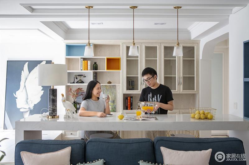 这张照片是业主要求拍的,快门记录的是幸福的瞬间。书房的书柜结合吧台的精致成了整个客厅纵向上的视觉焦点。