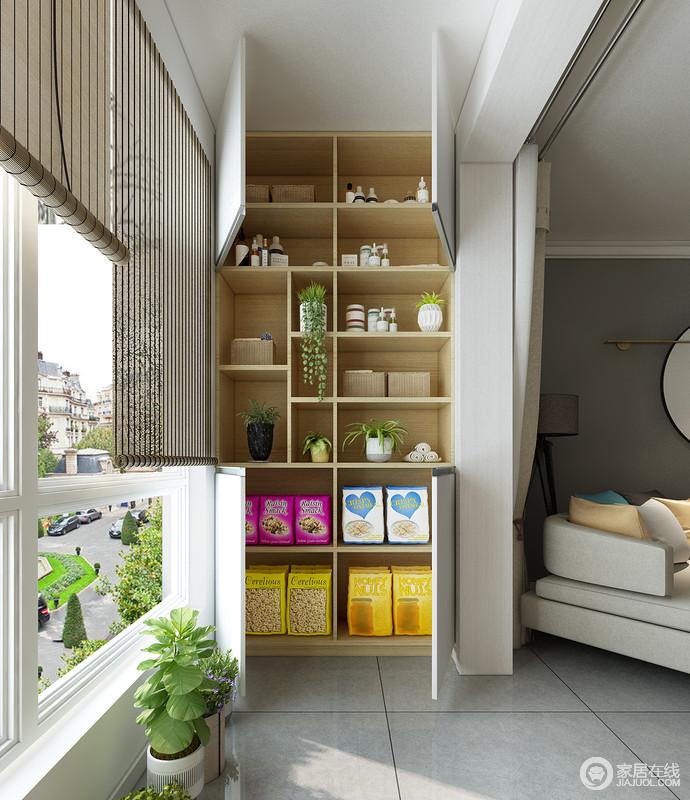 通体的收纳柜,可以合理的放置猫咪生活所需物品,整齐划一,收纳空间充足,其门板所掩盖空间,可以存放猫粮等物品。