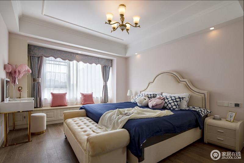 主卧按照女业主的喜好设计成米粉的背景,家具是现代美式的标配,大理石飘窗台设计成了休憩区,整体空间可爱又迷人。