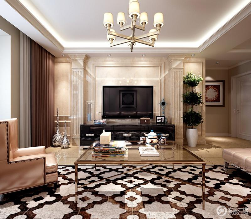 客厅虽然吊顶线条现代整洁,但是设计师将电视背景墙做欧式处理,以大理石材质制成的法式廊柱造型,素雅而不失贵气,并因为电视多了艺术感;黑色电视柜与金属玻璃茶几带着现代贵气,在香槟金铆钉椅和棕白色花卉地毯的组合中,让家多了精奢和时尚。