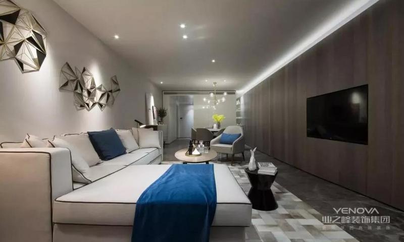 这套170平米的平层户型,以轻奢低调的现代风格为装修基础,整体在暗色调的空间与质感,通过现代大方的布置与搭配,营造出一个低调端庄的华丽感