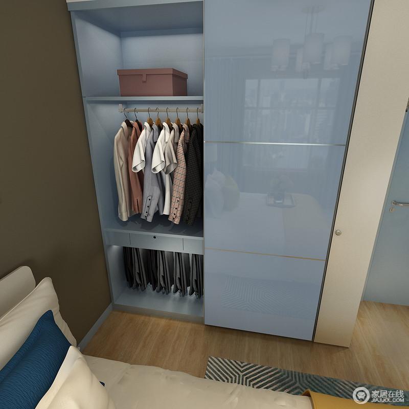 带锁抽屉方便贵重的首饰或证件收纳。还可以充分利用抽屉下面的空间可以设置成西裤抽,上面挂衬衣,充分符合人提工程学设计。