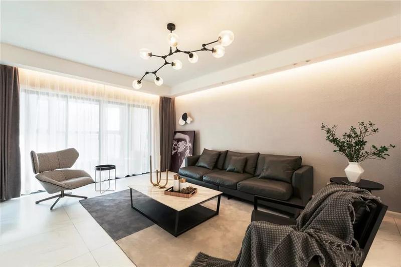 灯槽设计提升质感又让空间层次更为丰富,黑色皮质沙发实用耐脏也是实用家居首选。