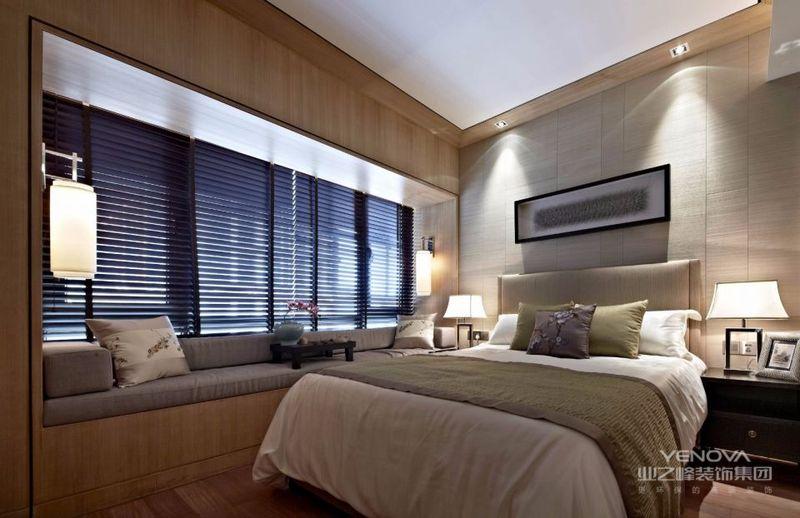 大窗户设计让卧室宽敞通畅,百叶窗增添了层次感,飘窗设计小桌,闲暇时间也可以变得温情浪漫。