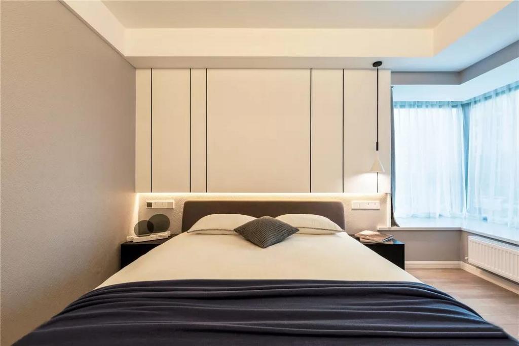 主卧设计师将背景墙用石膏板做抽缝处理,低造价却又能达到出彩的效果,整体轻松时尚,简约而不简单。
