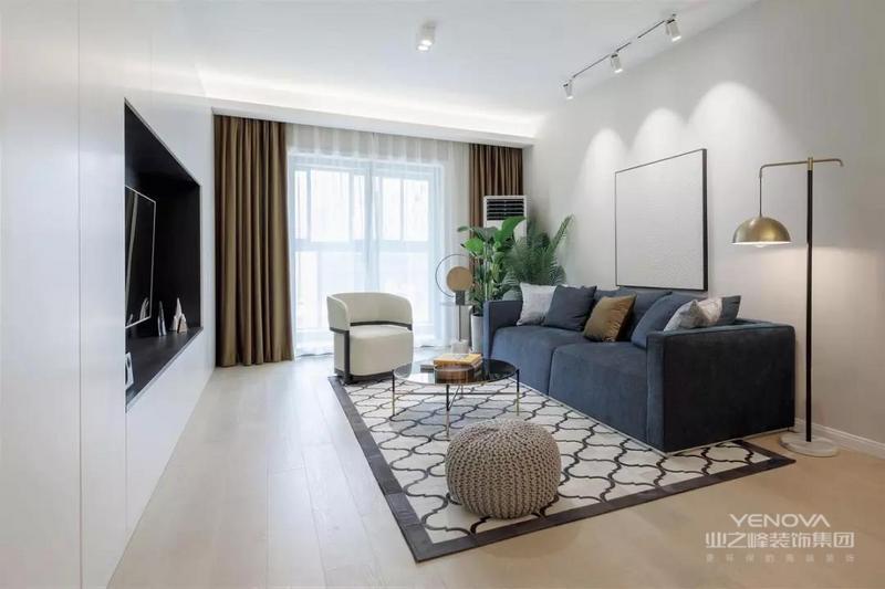 这是一套120㎡的三房,在现代简约风格的基础上,以整墙的收纳让简洁的客餐厅空间满载实用性。白色的主色调与丰富的采光相结合,打造出通透大方的格局。