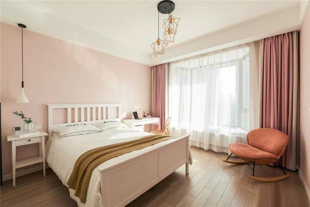 女儿房选择了暖暖的粉色调,给予屋主女儿一个甜蜜梦幻的成长空间。