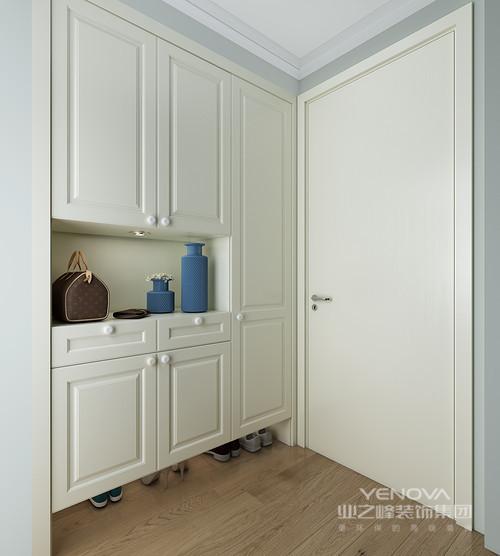 """门厅转角的空间啊你并不好设计,索性设计师将储物柜嵌入在墙体之内,既实现了空间的规整性,又能放大空间的功能,可谓""""一举多得""""。"""