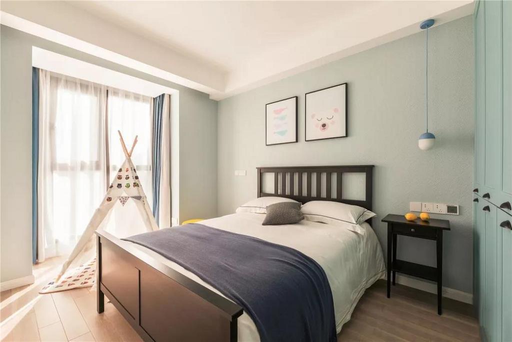 清新的蓝色调作为屋主儿子房间的主色调,营造清爽明朗的氛围,细腻温和的视觉感受也与女儿房如出一辙。