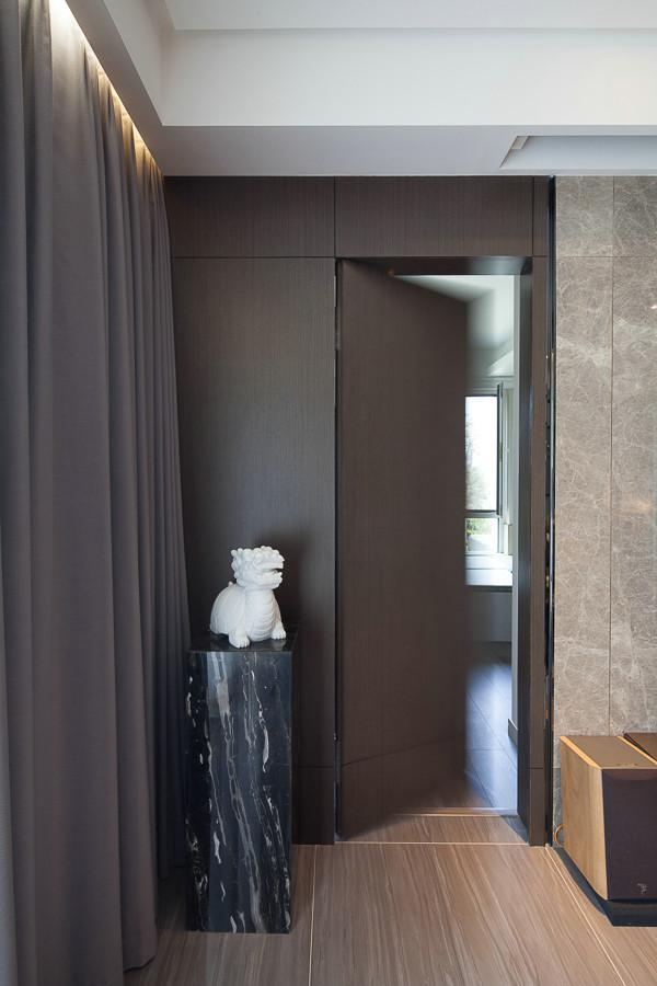 卫生间的门厅采用了暗门,避免了进门对着卫生间的尴尬。