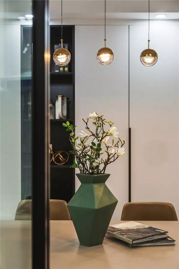 餐边柜代替空墙既美化空间,又提升实用性,方便屋主收纳。