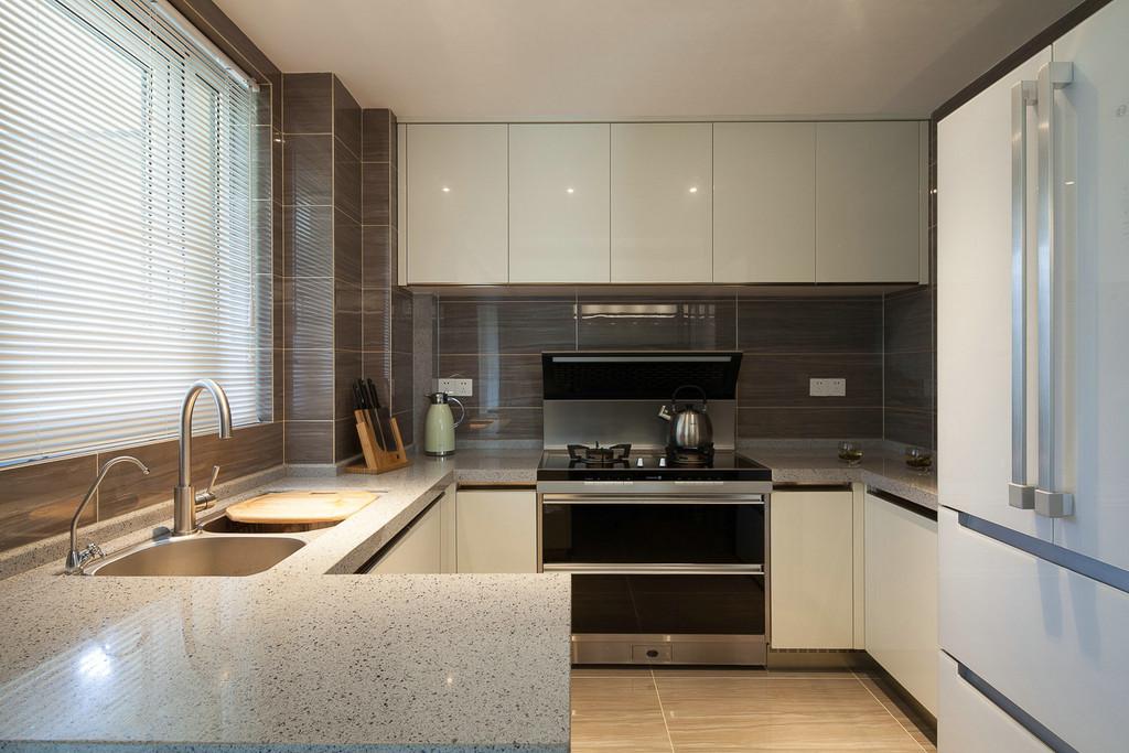 厨房的白色门板搭配白色的石英石台面,整个厨房十分干净整洁。