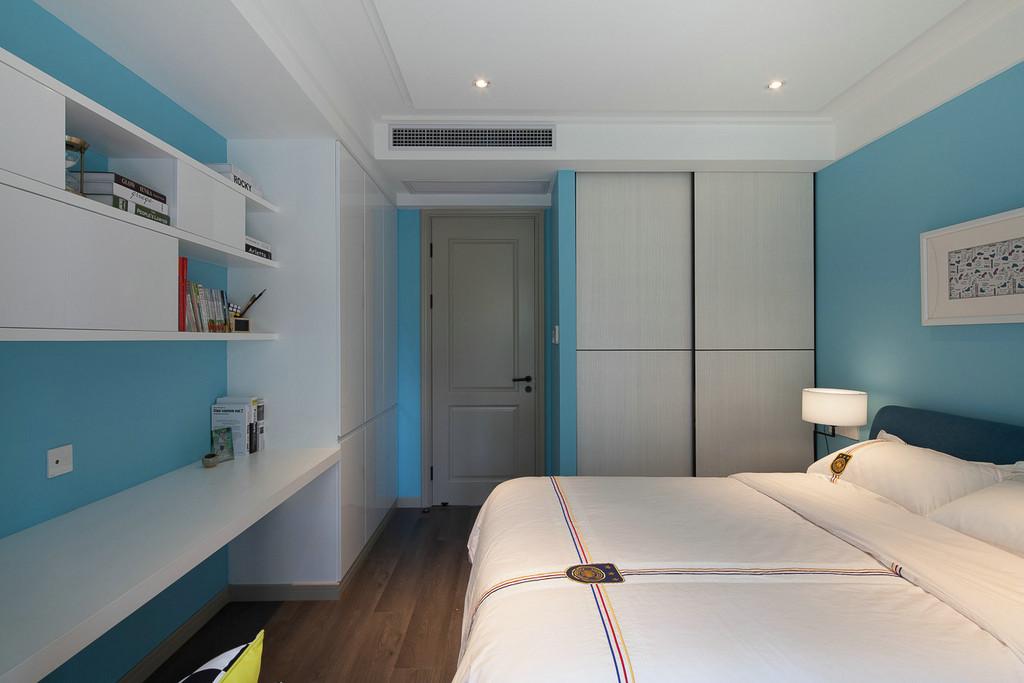 男孩房间选用蓝色,清新爽朗,阳光透过窗户射进屋内,立体感顿增。