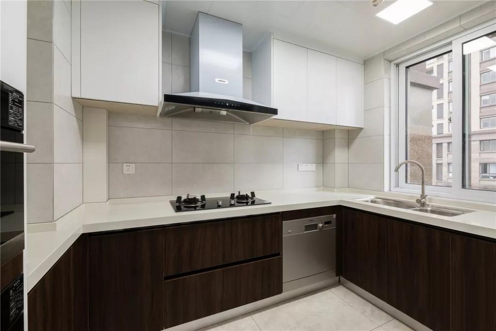 厨房,上下橱柜选择了深浅色调对比,让空间拥有更多变化与转折。中西厨在整个厨房中也有体现,与屋主的生活需求相匹配。