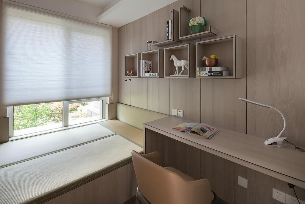 书房打造成多功能房,榻榻米可当睡床,单元柜可储物,书桌嵌在榻榻米和衣柜中间,空间利用极强。