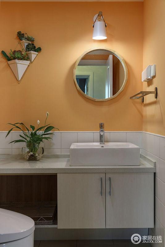 卫生间大胆的使用热烈的橙黄色,温暖的色系赋予空间新的生命力;墙裙和盥洗区则保持色彩的一致,使空间看上去毫无违和,反而更加展现出时髦的品味。