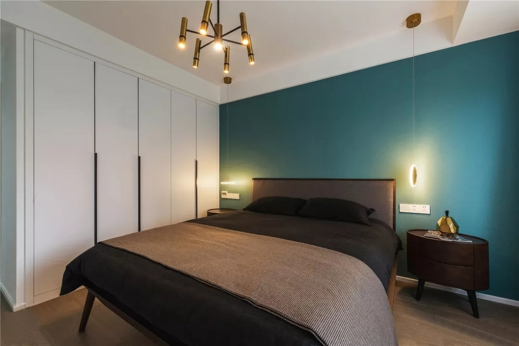 主卧无论是配色还是软装选择上,都是从现代时尚感出发,营造一个理性的睡眠空间。