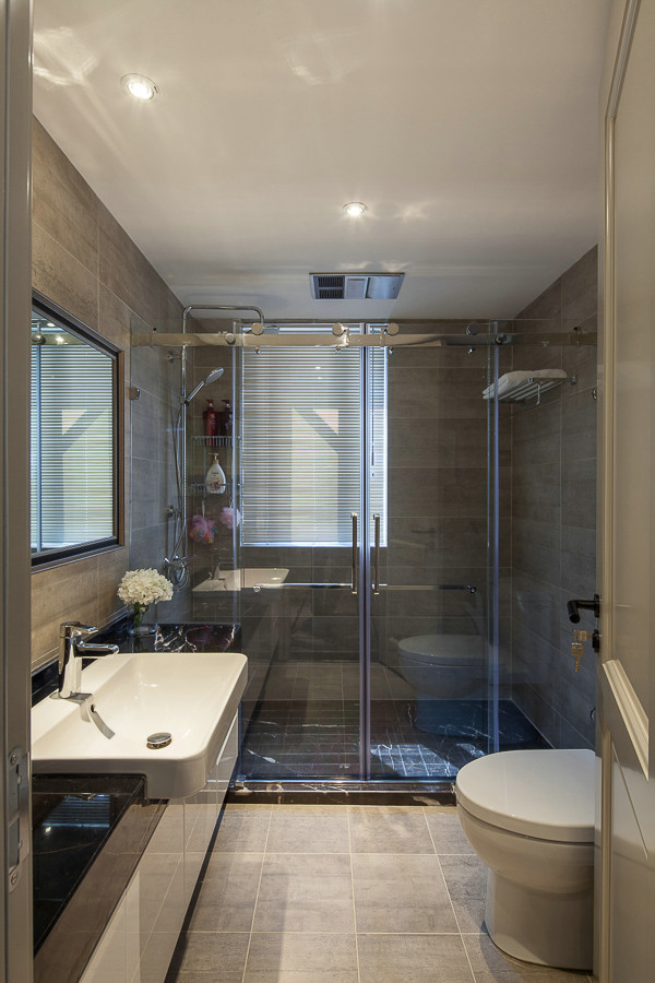 卫生间做了干湿分离,浅色系的装饰,十分干净清爽,实用舒适。