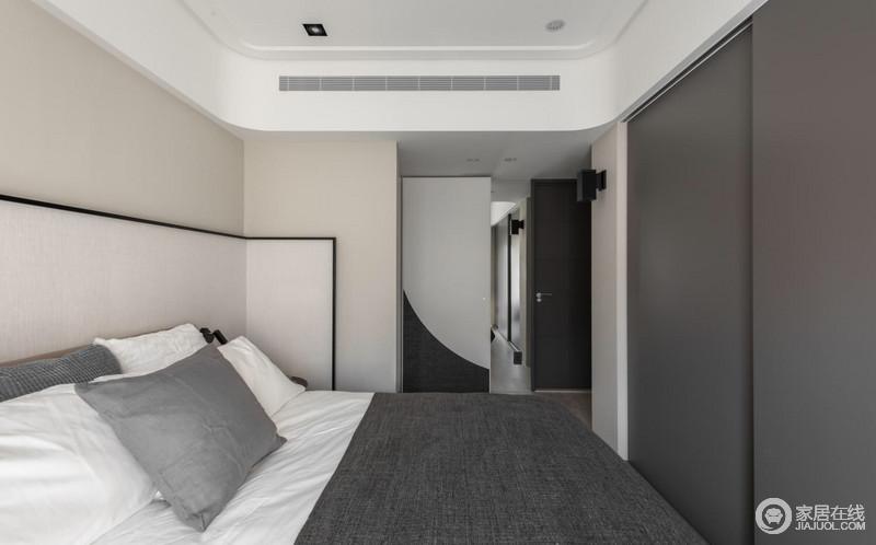 卧室以米白色漆粉刷墙面,与灰色衣柜形成对比,让空间的色彩节奏更为分明;从木门的灰白拼接,到床品的的柔和,带来素简与温馨。