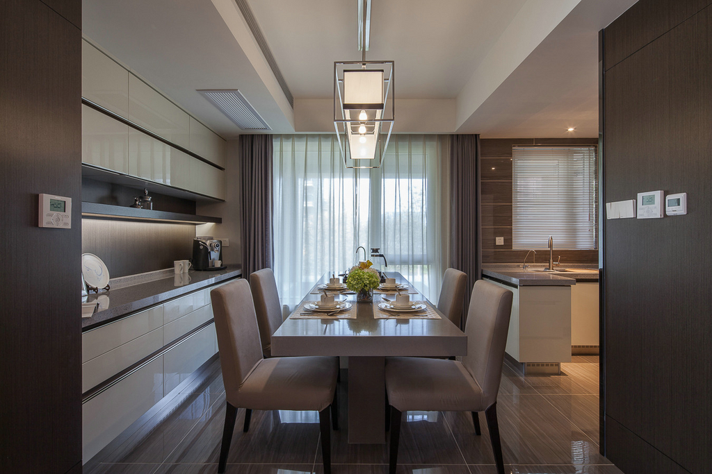 餐厅没有过多的装饰,摆放一张长方形小餐桌,一盏吊灯,整洁清爽,打造一个温馨舒适的就餐空间。