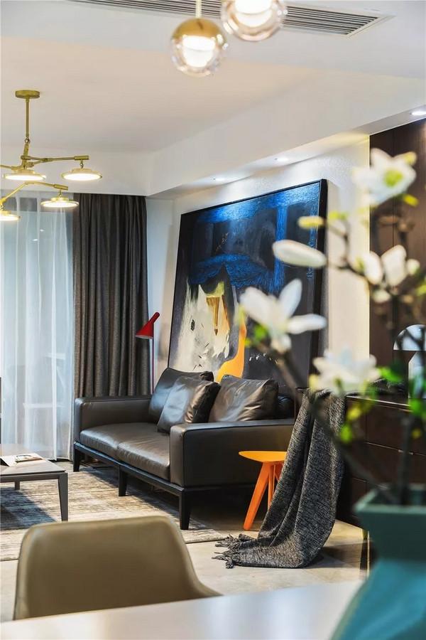 大幅的挂画和鲜亮的色彩丰富层次感,利用灯光的色温变化营造空间的温馨感。