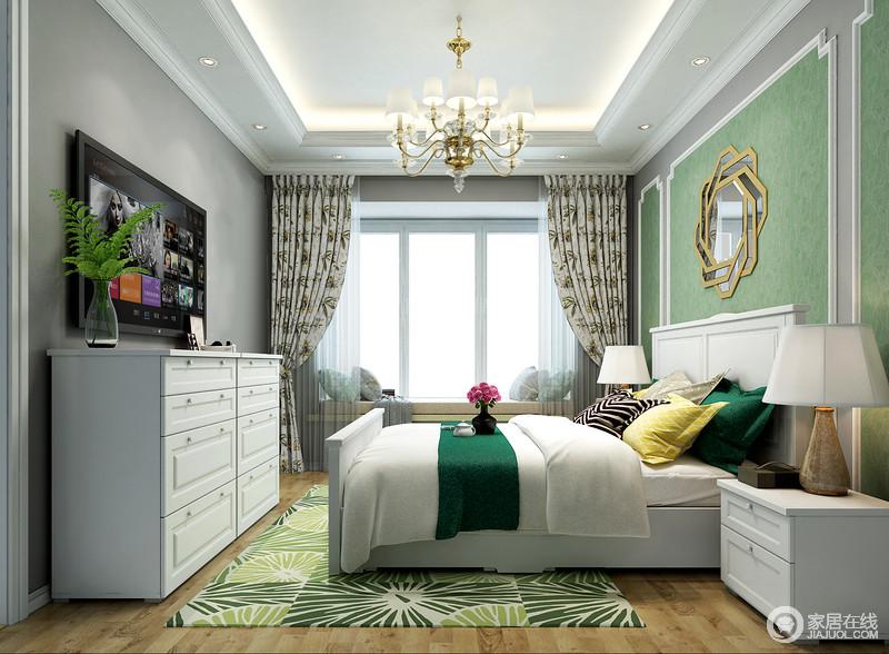 飘窗上放置软垫增加舒适度,可以满足多种休闲功能,床头柜五斗柜作为辅助收纳柜可以收纳些不便于挂放的小物件。