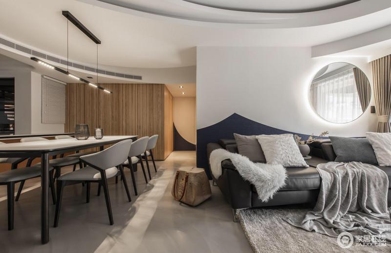 空间开放式的结构利用自有的空间吊顶结构、动线进行分区,圆拱形的天花让空间更为圆润;走廊强调了空间性,灰色地面与木柜营造了北欧的温和。