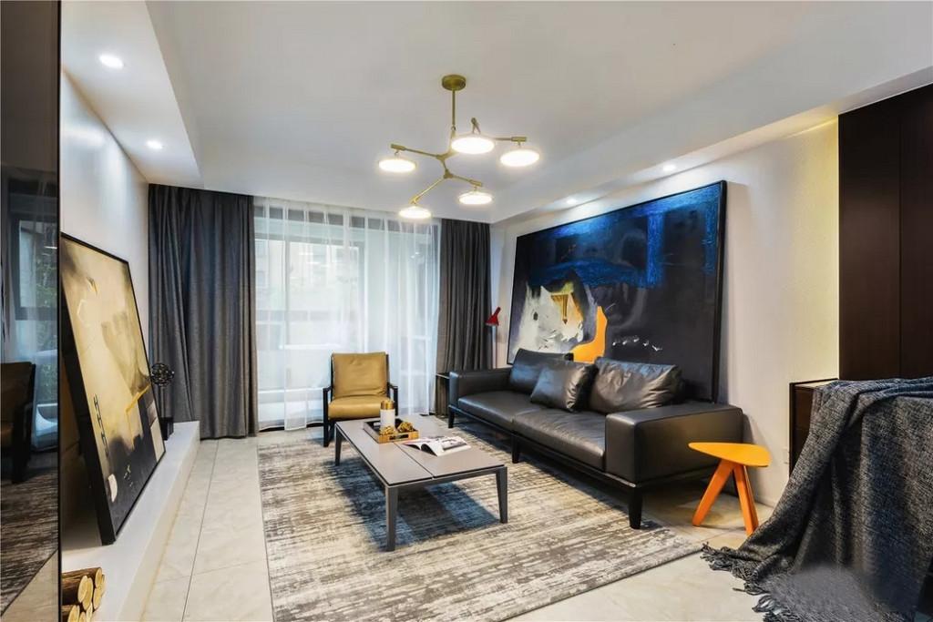 步入客厅,整个空间是以黑白两色为主色调,局部辅以亮色进行点缀,跳跃的色彩+时尚元素突破常规,使空间简约而不简单。