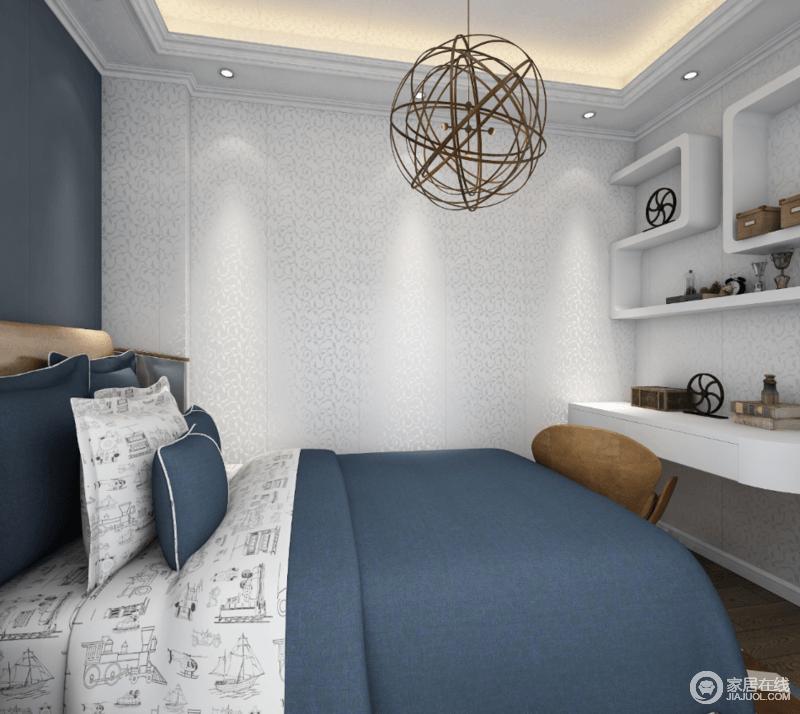 卧室以银色浮雕壁纸铺贴整个空间,简单之中蕴藏着轻奢和明朗;Z字形实木收纳柜组合出结构艺术,并满足收纳之需;白色书桌和苍蓝色床品以色彩对比,搭配出现代优雅,金属吊灯给以精致,让空间多了小情趣。