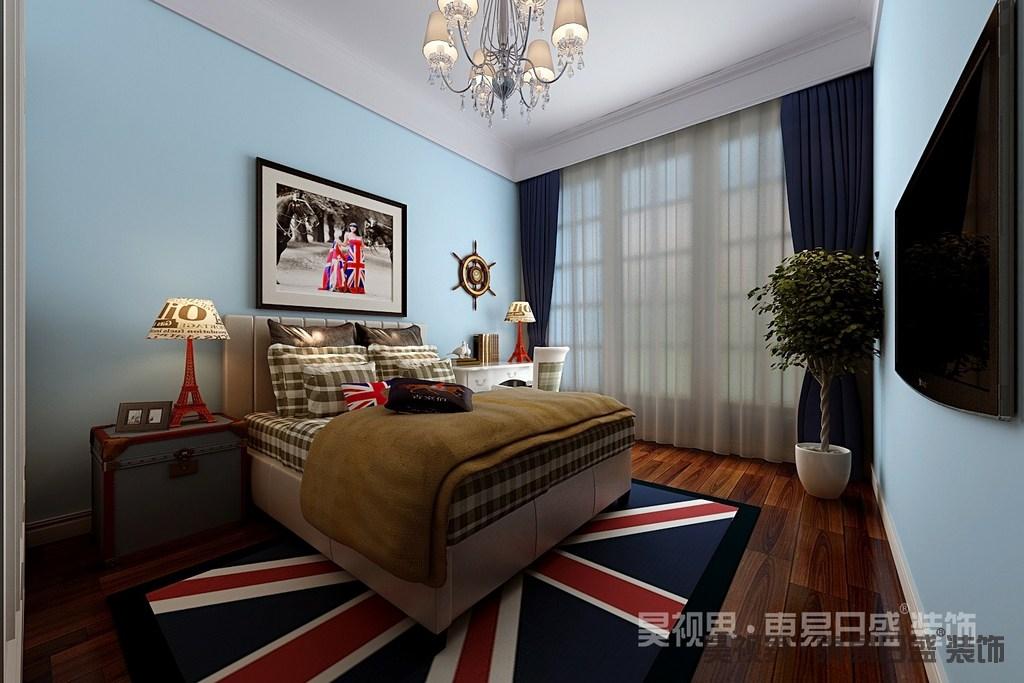 明快清新的蓝色富有活力,清爽的作为儿童房打底背景,鲜活清爽的诠释空间;设计师用极具视觉感的英国旗图案地毯铺陈地面,呼应着照片图案,烘托着灰褐色格纹床品,富有意感的展现出几分英式味道。