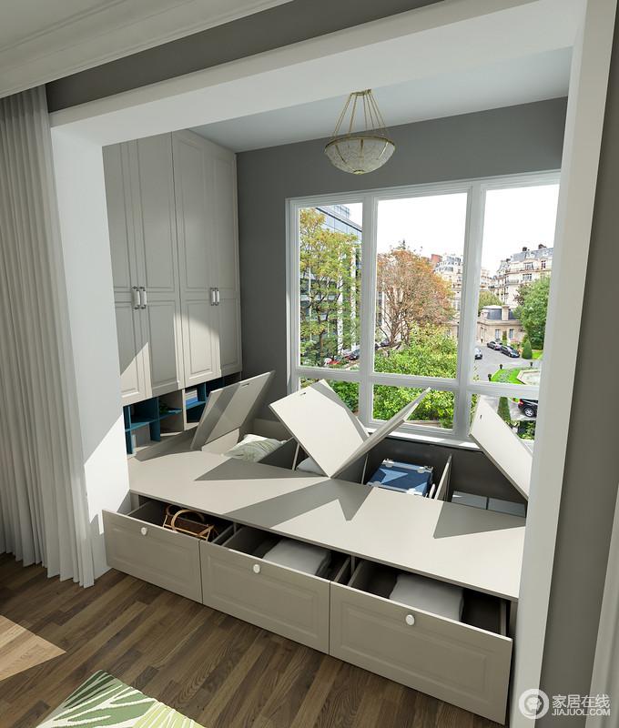 定制得榻榻米让空间多了储物的功能,驼灰色的板材既朴素又环保,再加上窗帘的设置,让生活更为私密。