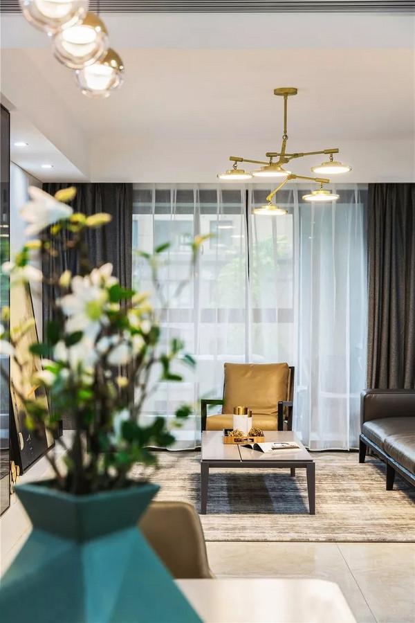 无论是餐厅还是客厅,设计师在灯具选择上都别出心裁,独特的造型感让现代空间不落俗套,简约又凸显了精致气息。