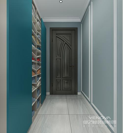 门厅看似线条简单,却功能性十足,浅蓝色的墙面因为白色石膏线而凸显着几何简美;另一面墙将其设计为鞋物收纳区,利落而实用,并以深海蓝与之构成色彩的变化,让空间简单之中,多了色彩的能量。