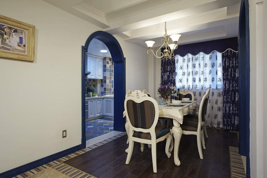围着一张餐桌一边就餐,一边与家人交谈,可以体现家人的和谐氛围。