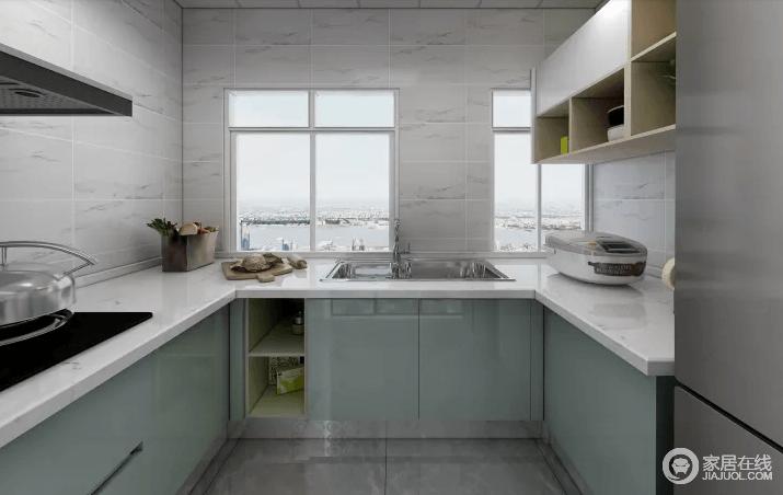厨房的橱柜采用淡绿色,地面用灰色的砖,看起来比较简约一些,搭配白色台面,让整个空间格外清新。