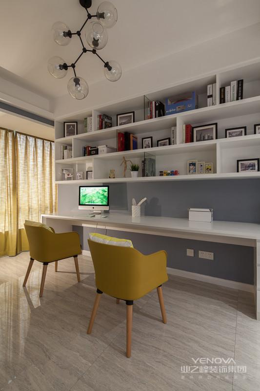 现代风格的居室重视个性和创造性的表现,即不主张追求高档豪华,而着力表现区别于其他住宅的东西。住宅小空间多功能是现代室内设计的重要特征。与主人兴趣爱好相关联的功能空间包括家庭视听中心、迷你酒吧、健身角、家庭电脑工作室等。这些个性化的功能空间完全可以按主人的个人喜好进行设计,从而表现出与众不同的效果。如果能使上述功能小空间表现出主人的独创性,这套住宅设计就有出彩的地方了。