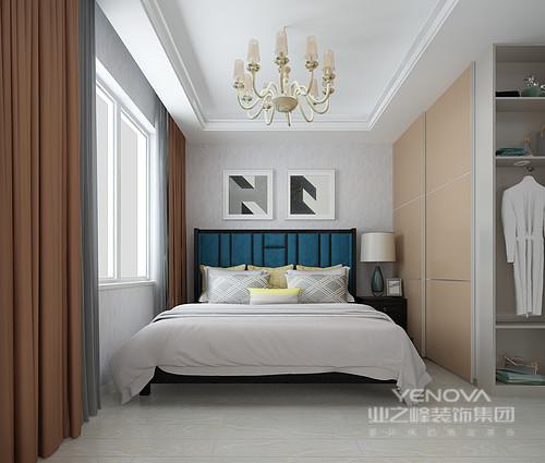 卧室线条简洁,定制得衣柜不仅解决了收纳,同时,利用开放的衣帽区让日常生活也变得更为便捷;褐色与灰色窗帘带来中性的沉稳,而黑白灰三色的简画与蓝色床背,让空间多了一份波普的的玩趣。