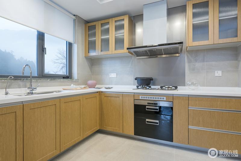 厨房设计以功能为焦点,淡黄色实木橱柜与悬挂柜的几何面简洁之余,以造型设计和实用哲学凸显设计智慧;浅灰色墙砖为肌理,与白色橱柜台面呈素雅之态,让空间在科技感之外多了生活美学。