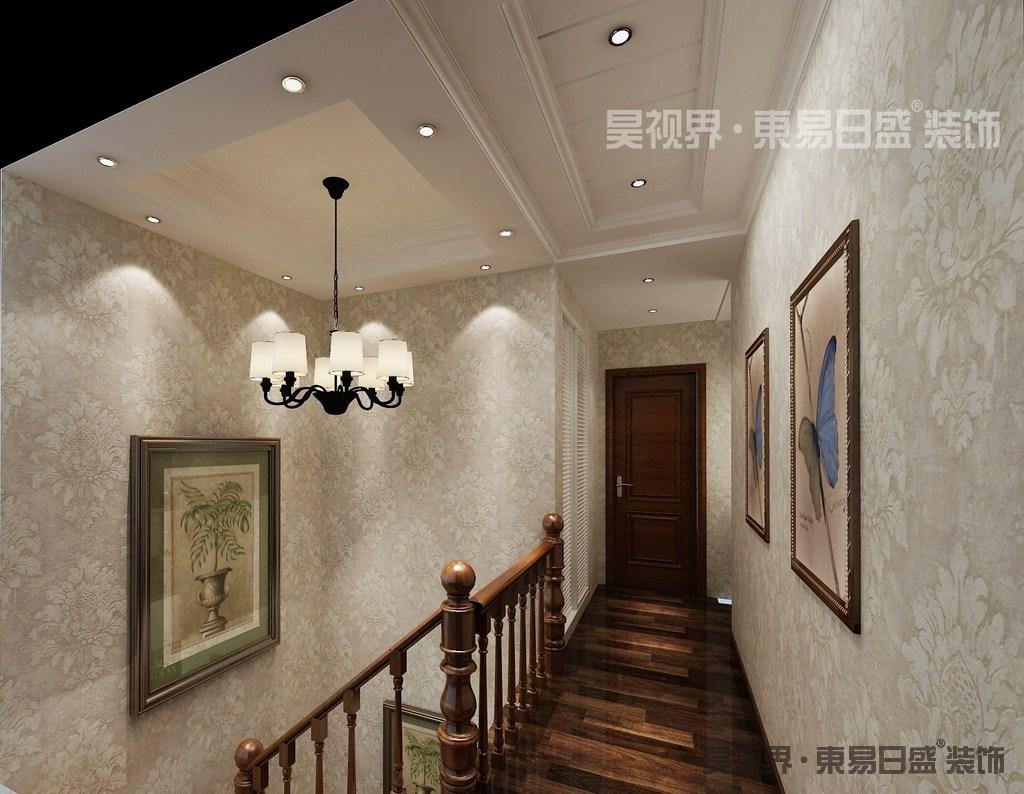不同色调的实木地板,宛如地毯的铺展,通往各个空间;清清淡淡的印花壁纸,与白色的天花顶相接,在动植物的装饰画点缀下,空间辉映着热烈而素朴的隽永梦幻。
