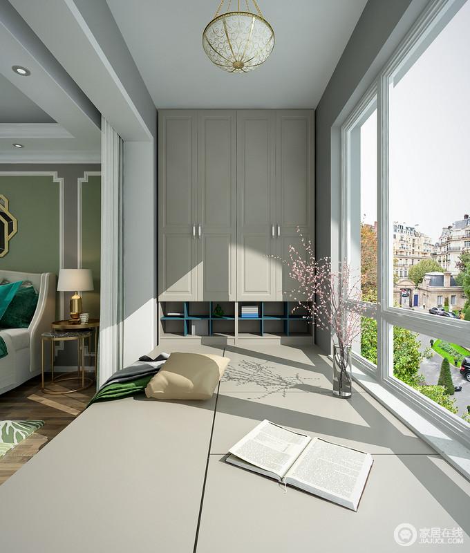 卧室阳台面积较为宽敞,作为卧室的辅助空间,可以很好的利用此榻榻米进行收纳不仅增加了储物空间,还能用来休闲娱乐。