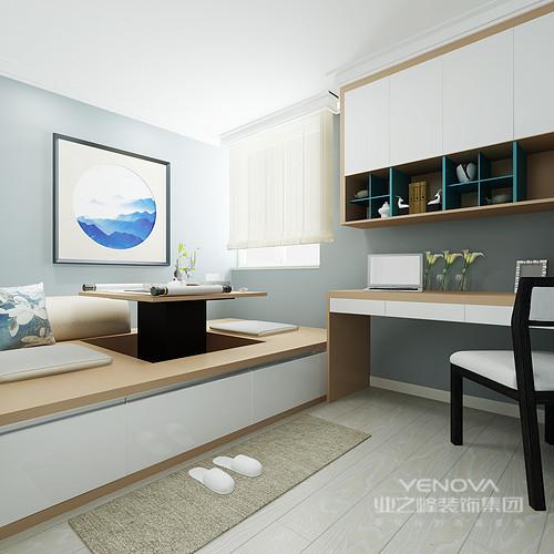 书房以淡蓝色粉刷墙面与原木地板构成素雅组合,再加上一副方圆蓝景挂画传递地东方之意,让空间优雅了几分;定制得榻榻米可以将桌子升降,极为人性,而书柜和书桌成套组合,实用而得体。