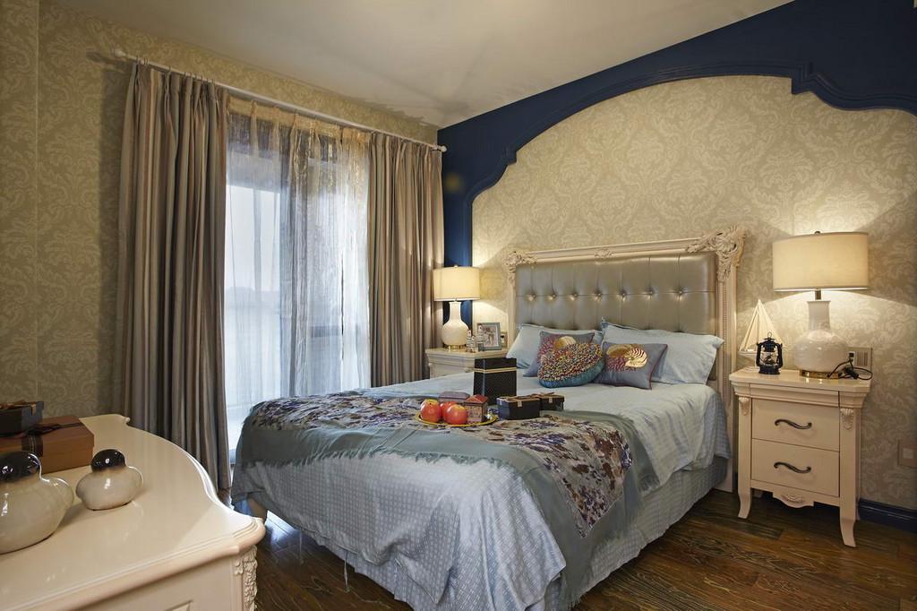地中海风格总能带给人清凉的感觉,配上一款漂亮的窗帘,既不沉闷,又显得清爽。