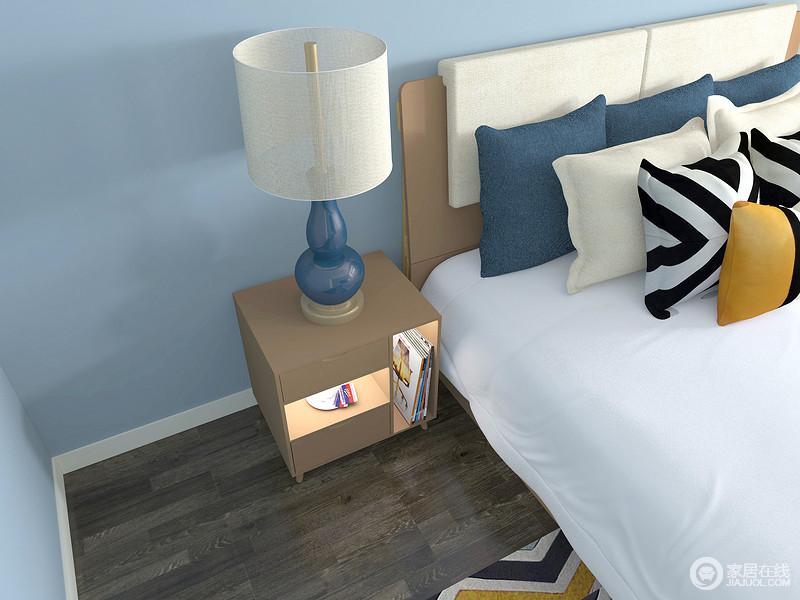收纳型床头柜,储物抽屉和不同储物格大小的设计,使化妆品,饰品分散摆放,归置更整齐。同时具备床头柜和梳妆台的双重功能。
