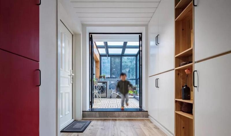 入户门左手是露台入口,右边通往客厅。