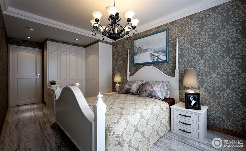 卧室白色的吊顶缓解了灰色花纹壁纸、原木地板的深沉和繁复,石膏顶线的处理更新工艺;白色L型衣柜定制而成,与四柱床和家具自成利落实用,复古地床品与铁艺吊灯将美式典雅和盘托出,温馨而贵气。