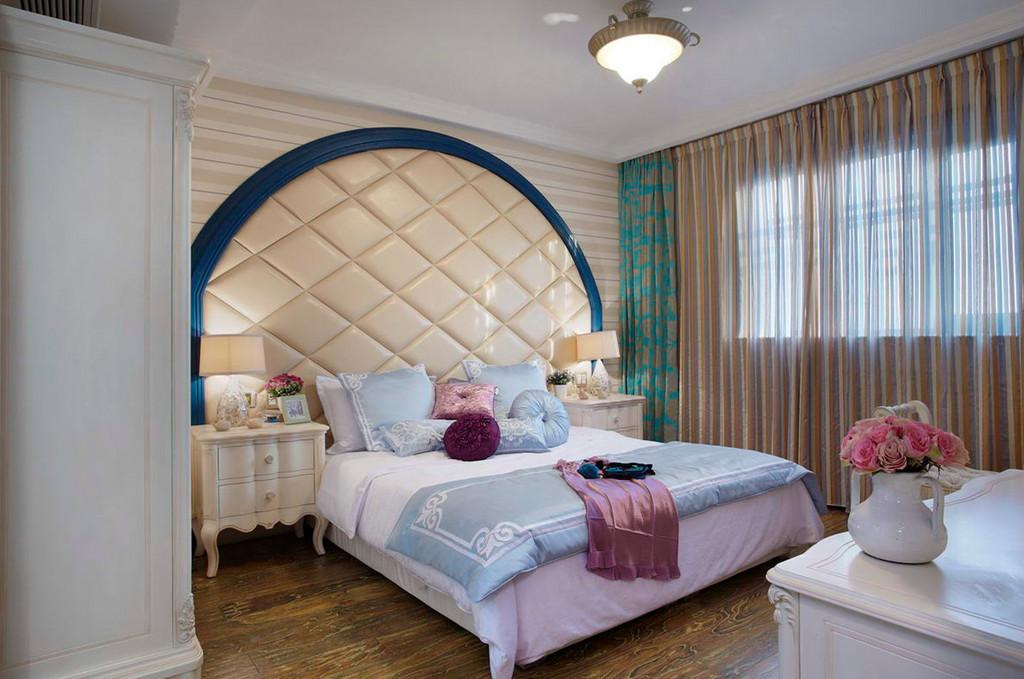 主卧床头背景简易拱形墙造型设计,简单而大方,元素上相辅相成。