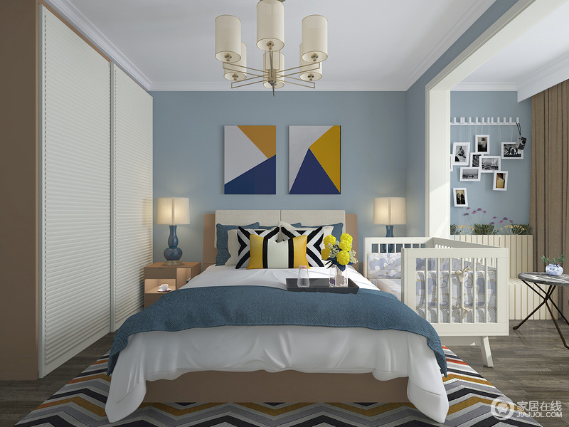 卧室整体以蓝色为主色调,白色的顶面你与深灰色的地板形成鲜明的对比,放置婴儿床时期预留的空间,放置主卧的婴儿床靠在床侧的位置没有挡板,适合母乳喂养的婴儿。