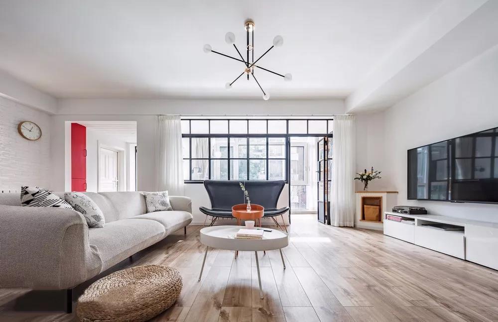 """客厅是简洁主义为核心的理念加上流行的元素,无论是空间的线条感,还是整体的色彩,都尽量做到""""不抢""""。"""